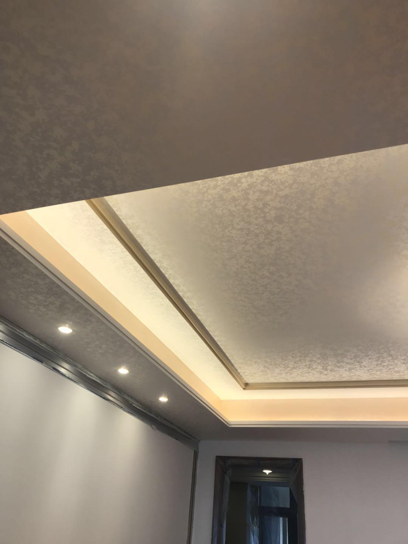 金银箔漆最先起源于欧洲,是一种新型墙面装饰高品质的室内水性艺术涂料装饰壁材,传承点彩派艺术大师的作品风格,金银箔漆产品具有无毒,环保,防水,防尘,可洗刷,耐擦洗,色彩历久常新。它与传统涂料之间最大的区别在于,传统涂料大都是单色乳胶漆,而金银箔漆可以混合多种色彩进行施工。